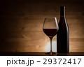 赤ワインとワインボトル 29372417