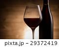 赤ワインとワインボトル 29372419