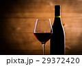 赤ワインとワインボトル 29372420