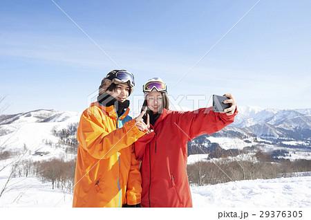 スキー場 カップル スマホ 撮影 29376305