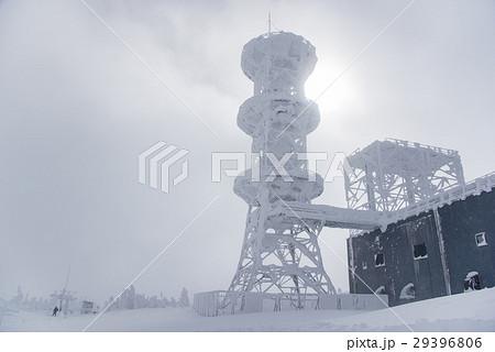 長野 横手山山頂にて 吹雪の中の旧無線中継所 電波鉄塔 29396806