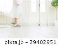 暮らしのイメージ リビングを歩く女性 29402951