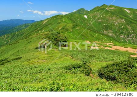 飯豊連峰稜線の天狗の庭付近を行く登山者 29412380