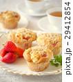 苺とクリームチーズのマフィンと紅茶 (縦位置) 29412854