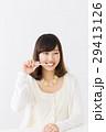 歯ブラシを持つ女性 29413126