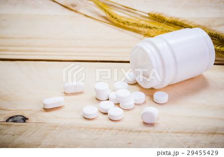 Paracetamol pour from the bottleの写真素材 [29455429] - PIXTA