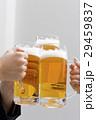 ビールで乾杯 手元 29459837