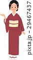 あずき色の着物を着て案内する仲居さん 29467437