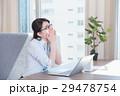ビジネスウーマン デスクワーク 花粉症の写真 29478754