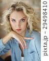 青い目 女性 メスの写真 29498410