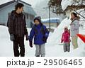 雪国で暮らす家族 通学風景 29506465