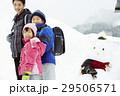 雪国で暮らす家族 通学風景 29506571