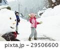 雪国で遊ぶ子供 29506600