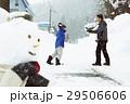 雪国で遊ぶ子供 29506606