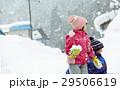 雪国で遊ぶ子供 29506619