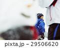 雪国で遊ぶ子供 29506620