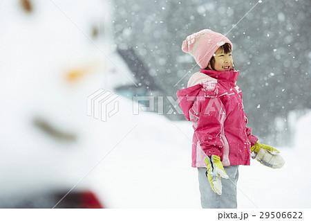 雪国で遊ぶ子供 29506622