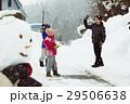 雪国で遊ぶ子供 29506638
