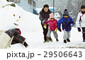 雪国で遊ぶ子供 29506643