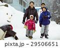 雪国で遊ぶ子供 29506651