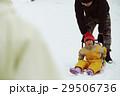 雪国で暮らす家族 そり遊び 29506736