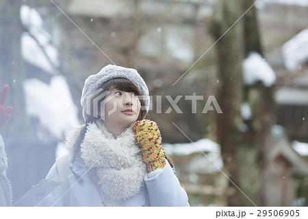 冬の女子旅 雪景色の湖畔 城下町 29506905