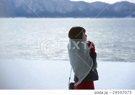 冬の女子旅 雪景色の湖畔 29507073