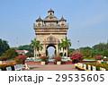 ラオスの首都 ビエンチャンの凱旋門 パトゥーサイと公園  29535605
