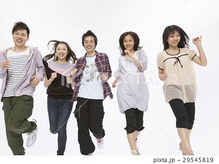 並んで走る若い男女の写真素材 [29545819] - PIXTA