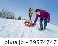 雪遊びをする4人家族 29574747