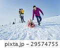 雪遊びをする4人家族 29574755