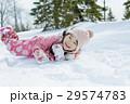 雪遊びをする女の子 29574783