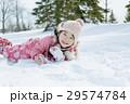 雪遊びをする女の子 29574784
