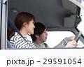 車でドライブしている20代カップル 29591054