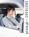 車でドライブしている20代女性 29591085