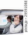 車でドライブしている20代カップル 29591088