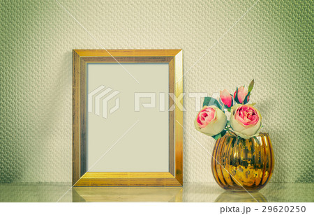 Picture mock up with golden frame amd flowers.の写真素材 [29620250] - PIXTA