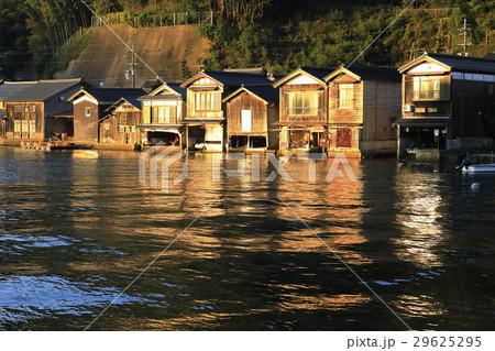12月 夜明けの伊根舟屋 -漁村の伝統的家並み- 29625295