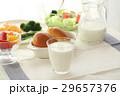 パンと牛乳の朝食 29657376