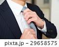 ネクタイを締めるビジネスマン 29658575
