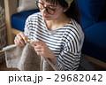 北欧女子 編み物をする女性 29682042