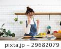 北欧女子 キッチン 料理をする女性 29682079