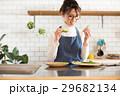 北欧女子 キッチン 料理をする女性 29682134