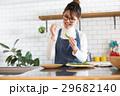 北欧女子 キッチン 料理をする女性 29682140