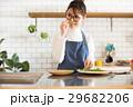 北欧女子 キッチン 料理をする女性 29682206