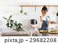 北欧女子 キッチン 料理をする女性 29682208
