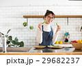 北欧女子 キッチン 料理をする女性 29682237