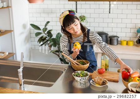 北欧女子 キッチン 料理をする女性 29682257