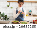 北欧女子 キッチン 料理をする女性 29682265