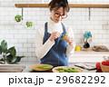 北欧女子 キッチン 料理をする女性 29682292